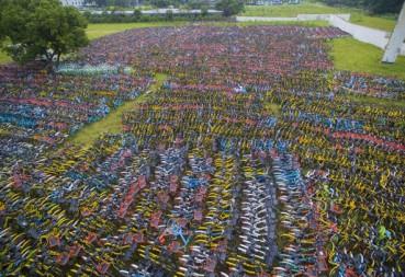 上万共享单车弃之荒野 画面震撼
