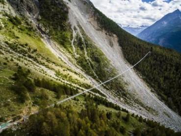 横跨山谷上空 世界最长吊桥摇摇欲坠