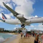 著名剃头机场酿惨剧 游客距飞机太近被气浪冲倒