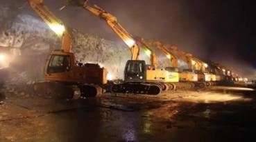 200挖掘机一夜拆除立交桥 场面壮观