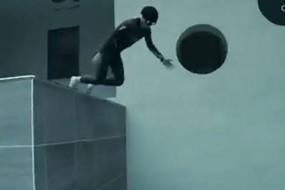不带氧气潜入40米深泳池 感觉像在太空翱翔