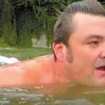 男子每天游泳上班 再也不怕堵车了
