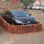 高手出招对付乱停车 红砖围个严丝合缝