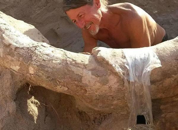 据悉,史前化石暴露在地表后通常会被侵蚀破坏,但幸运的是,裘德发现这些化石的时候恰好是在大雨将它们冲刷至地表之后不久。这些化石重达2000磅(约907.2千克),大部分保存完整,对于考古界来说是无价之宝。-趣闻巴士