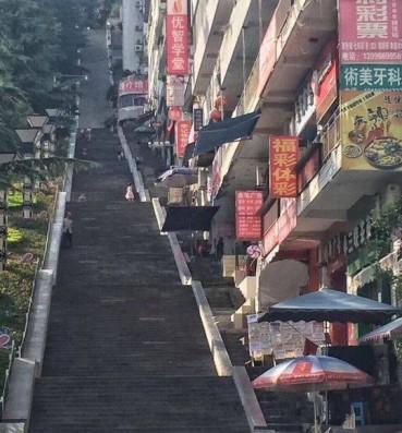 重庆石梯一条比一条长 跑酷达人都服了
