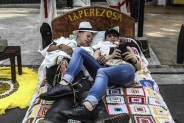 世界懒人节 民众大街上睡觉享受慢生活
