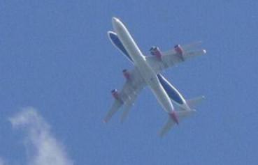 老人拍两架飞机空中重叠惊险场面
