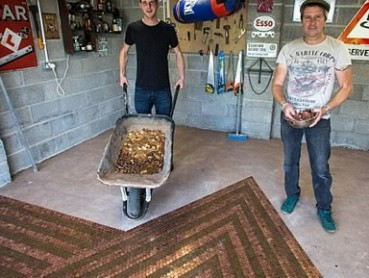 他用3万枚硬币装饰地板 效果惊人