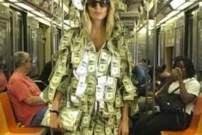 妹子浑身挂满纸币坐地铁 乘客缺钱的可按需自取