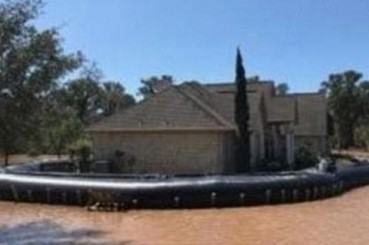 居民用便携水坝在洪水中保住了家园
