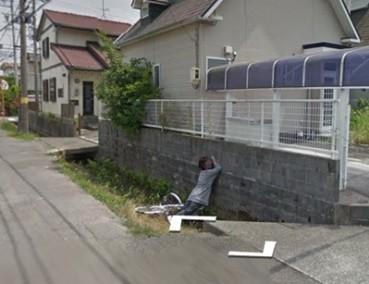谷歌街景惊现日本大妈掉水沟 画风奇特