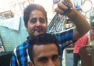 超级理发师同时用15把剪刀理发