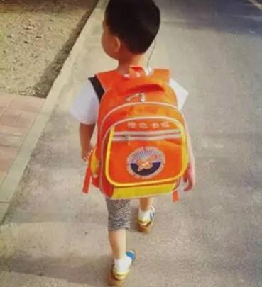 马路上遇到背这种橙色书包的孩子请放慢车速