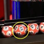 这儿的彩民炸锅了 彩票开奖一个球上居然俩号码