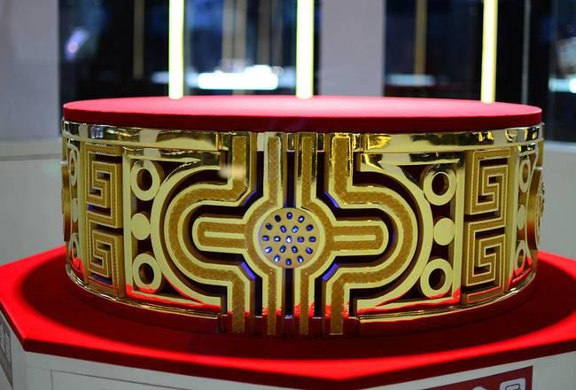 该戒指采用中国传统文化符号大红灯笼、中国结和回形纹为核心设计元素,寓意喜庆、吉祥。-趣闻巴士