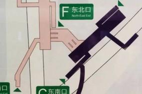 抬脚就踹 北京地铁口爆笑造型图