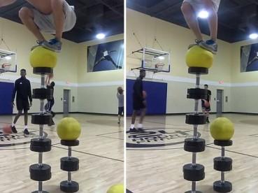 男子展示惊人平衡力