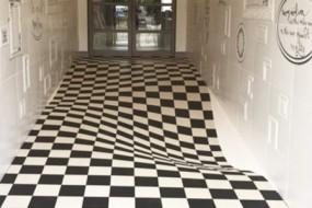 瓷砖公司铺了一条奇葩走廊 顾客都不敢走了