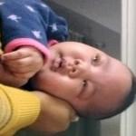 婴儿哭闹母亲用一招就让宝宝很快睡着了
