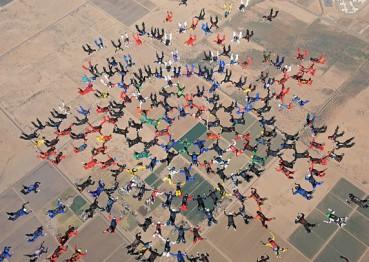 217人同时跳伞创世界纪录 场面壮观