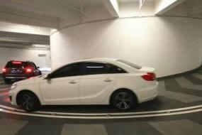 老司机都转晕了  重庆地下车库要转8圈才停好车