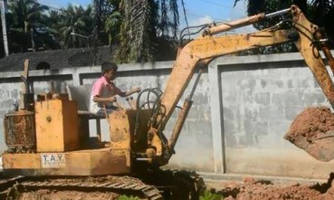 男童3岁学开挖掘机 9岁成高手能帮爷爷干活