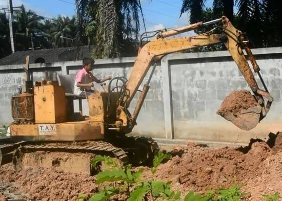 9岁男童成挖掘机老司机:3岁开始学 能帮爷爷干活-趣闻巴士