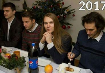 四小伙每年圣诞拍相同姿势合影 九年后都认不出了