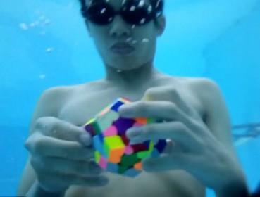 男子水下憋气1分半还原12面魔方