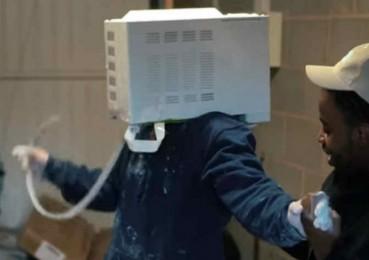 英男子将脑袋塞进微波炉里险些窒息而亡