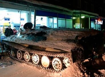 俄小偷驾坦克闯超市抢了一瓶红酒