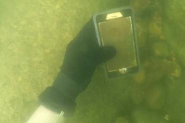 小伙潜水寻宝捡到100多部手机