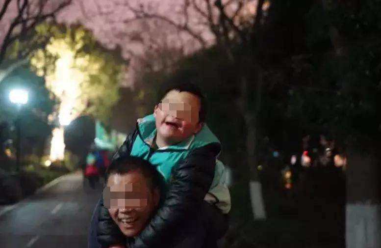 拼命三郎每天背50斤重儿子暴走 原因令人泪目-趣闻巴士