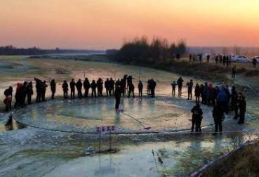 沈阳辽河神秘冰盘昼夜旋转 开裂后又被修复