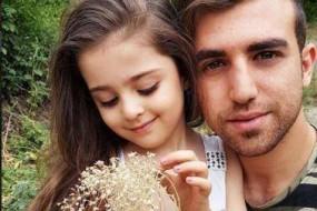 8岁女孩被赞世界最美 老爸辞职当专职护卫