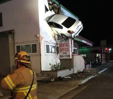 奇葩车祸 汽车直飞二层楼