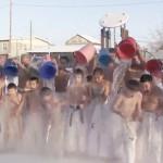俄小学生体质超强 零下35度做冰桶挑战