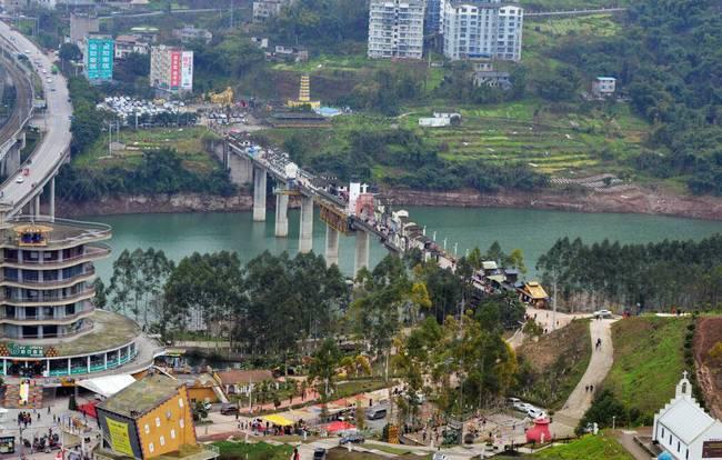 重庆400米大桥上建起房屋商铺 中西合璧恍如穿越时空-趣闻巴士