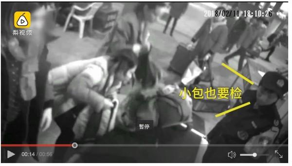 女子爬进安检机。
