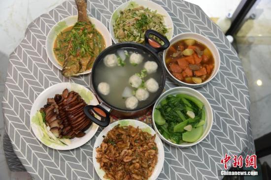 """李函儒的年夜饭。""""'萝卜'在台语发音类似'菜头',过年都要吃,代表'好彩头',鱼丸代表团圆。""""李函儒说。吕明 摄-趣闻巴士"""
