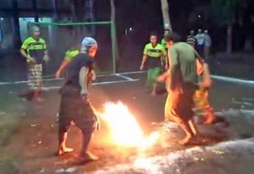 印尼少年踢燃烧足球双脚完好无损