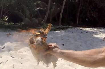 生存专家用塑料袋装水取火