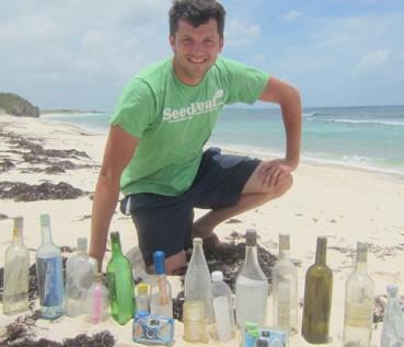 美国小伙专门捡拾海滩漂流瓶 感受跨时空的交流
