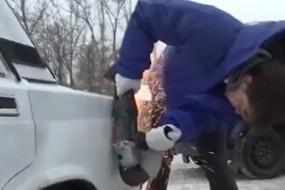暴脾气司机遇到乱停车直接把后备厢切掉