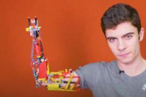 残疾小伙用乐高为自己拼炫酷机械臂