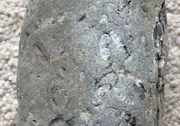 小伙劈开小时捡到的怪石头后惊呆了