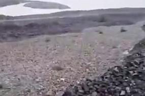 【视频】山坡碎石似洪水滚滚而下 画面恐怖