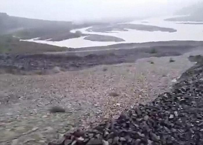 石粒极为细小,加上移动速度高,看来犹如流动中的河流。