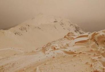 俄雪山突降橙色雪 游客如登陆火星