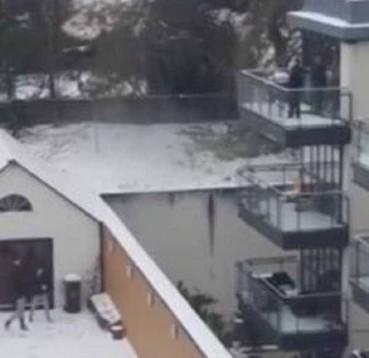 警察抓贼双方竟打起了雪仗